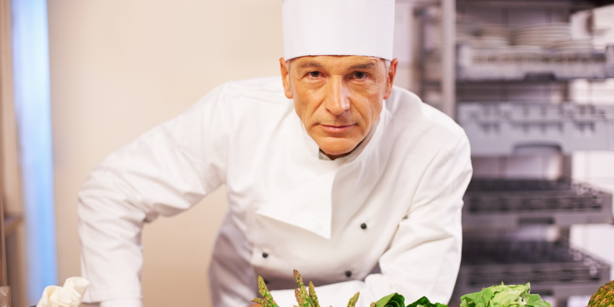 chef cuisinier accoudé au plan de travail intérimaire chez adaptel-lyon
