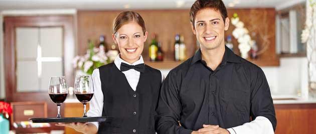 un homme et une femme maître d'hotel