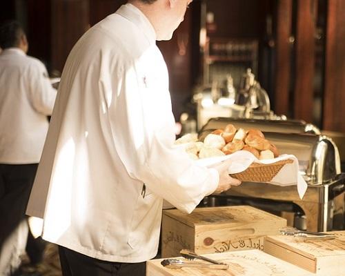 Serveur faisant la mise en place des tables
