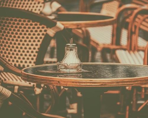 Table-de-restaurant-avec-pot-a-sucre-interim