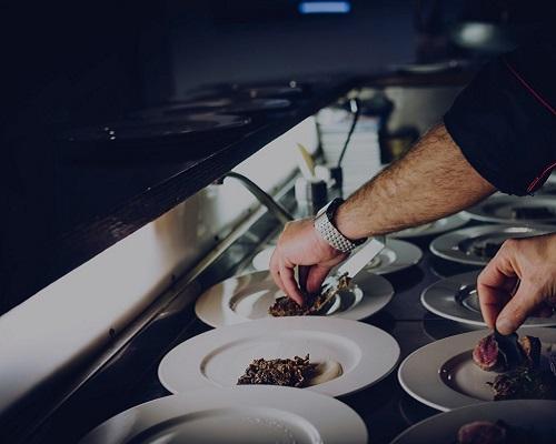 dressage d'une assiette gastronomique par un cuisinier