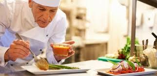 chef cuisinier dressant son assiette