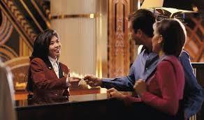 une réceptionniste accueil un couple